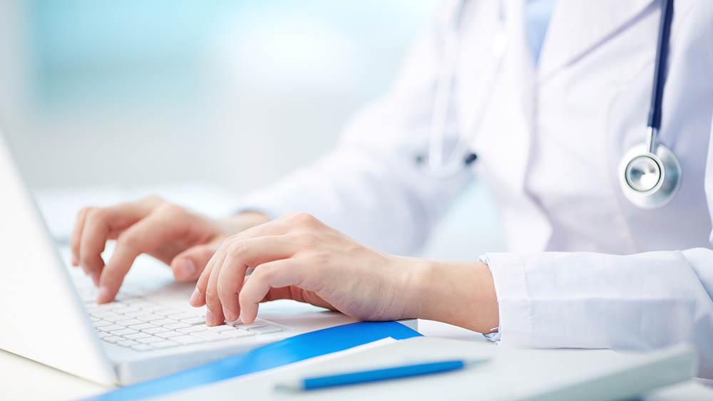 medico computador consulta