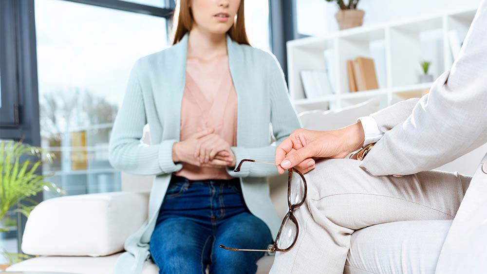 Mulher conversando com psicólogo.