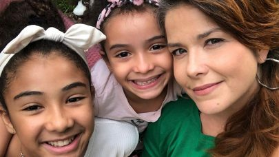 Samara Felippo toma vacina contra HPV junto com a filha